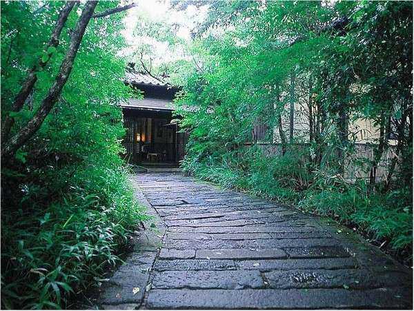 静寂な森の宿 山しのぶ